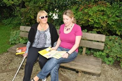 Die ehrenamtliche Besucherin Elisabeth Kimeswenger liest regelmäßig einer blinden Dame vor.