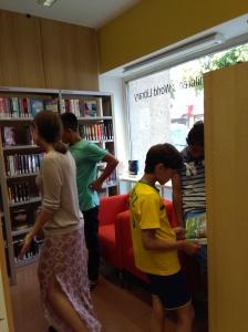 Ausflug in die Bücherrei: Über gemeinsame Aktivitäten wird der Zusammenhalt gestärkt.
